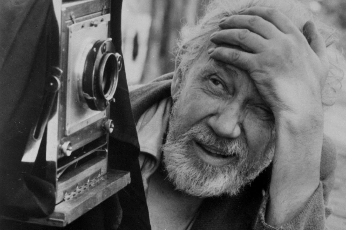 Portrait de Josef Sudek devant sa chambre photo