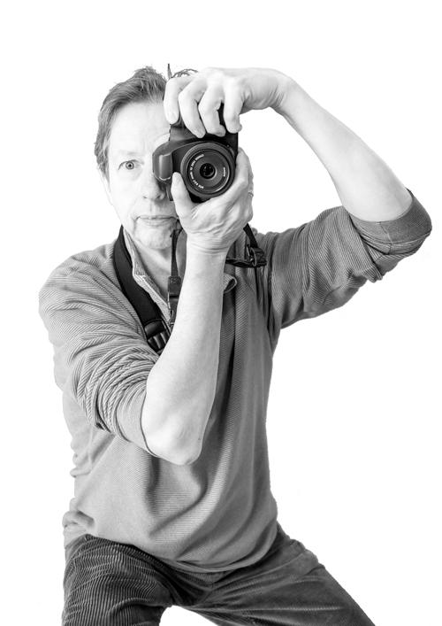 Portrait de Jean-Claude en noir et blanc prenant une photographie